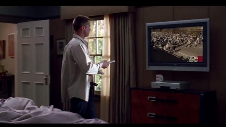 Tv Panasonic plasma from John Smith (Brad Pitt) in Mr. and Mrs. Smith - Movie Outfits and Products