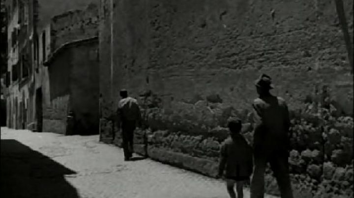 Via della Paglia, in Rome, The bicycle thieves - Movie Outfits and Products