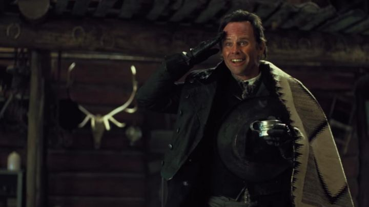 Vintage blanket of Sheriff Chris Mannix (Walton Goggins) in The Hateful Eight - Movie Outfits and Products