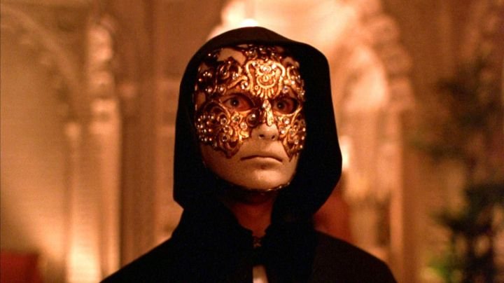 Fashion Trends 2021: Volto Macrame Maschile Gold Masquerade Mask worn by Tom Cruise in Eyes Wide Shut