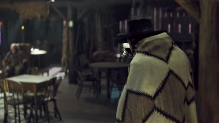 Wool blend blanket of Sheriff Chris Mannix (Walton Goggins) in The Hateful Eight - Movie Outfits and Products