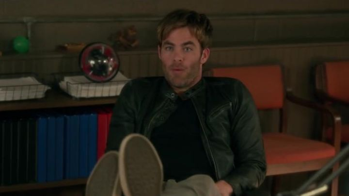 sneakers rising of Rex (Chris Pine) in how to kill his boss 2 - Movie Outfits and Products