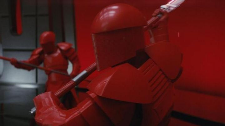 the Double Blade of the Praetorian Guard in Star Wars 8 : The Last Jedi - Movie Outfits and Products