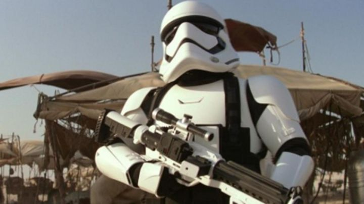 the F11D blaster to go up a Stormtrooper in Star Wars VII : the awakening of the Force - Movie Outfits and Products