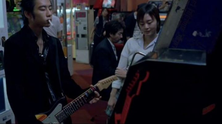 the arcade electric guitar in Tokyo in Lost in Translation - Movie Outfits and Products