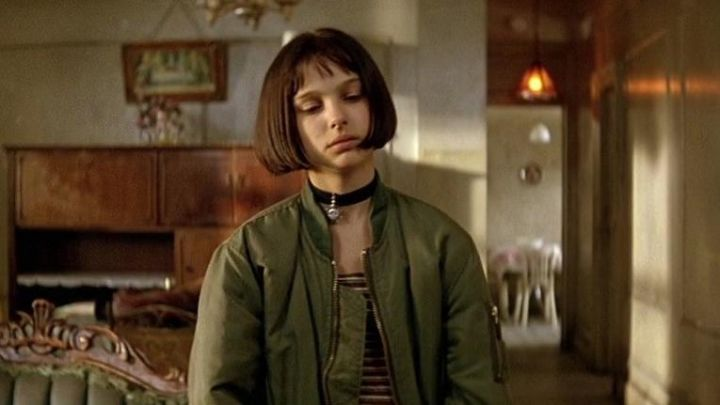the black necklace with a sun and Mathilda (Natalie Portman) in Léon movie