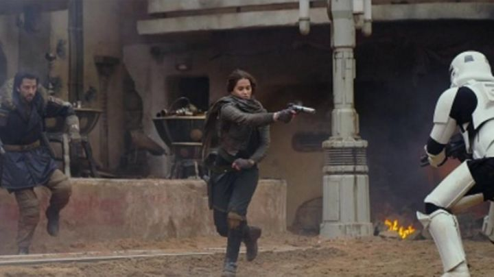 the blaster Jyn Erso (Felicity Jones) in Rogue One Star Wars Story - Movie Outfits and Products