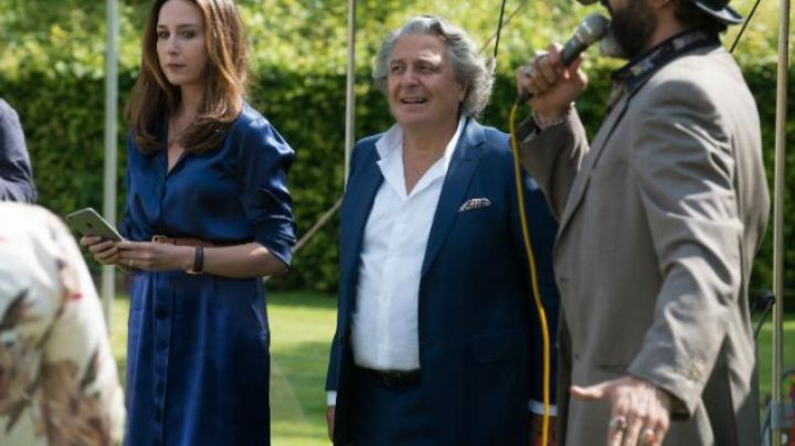 Fashion Trends 2021: the blue dress Daphne Fougerole (Elsa Zylberstein) Has it with open arms