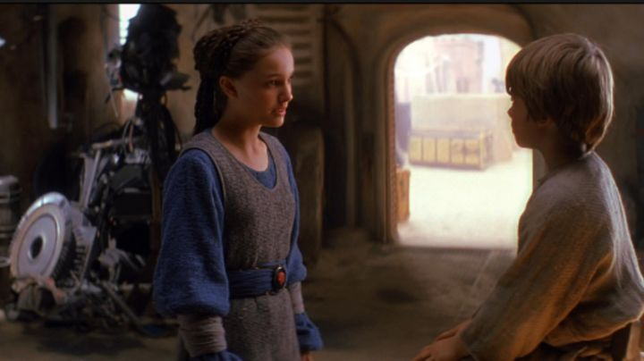 the blue outfit and grey Padmé Amidala (Natalie Portman) in Star Wars I : The phantom menace - Movie Outfits and Products