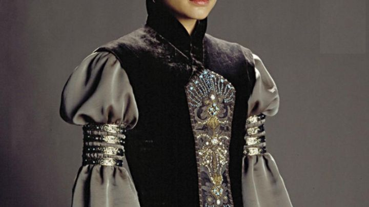 the bracelet from the arm of Padme Amidala (Natalie Portman) in Star Wars II : attack of The Clones