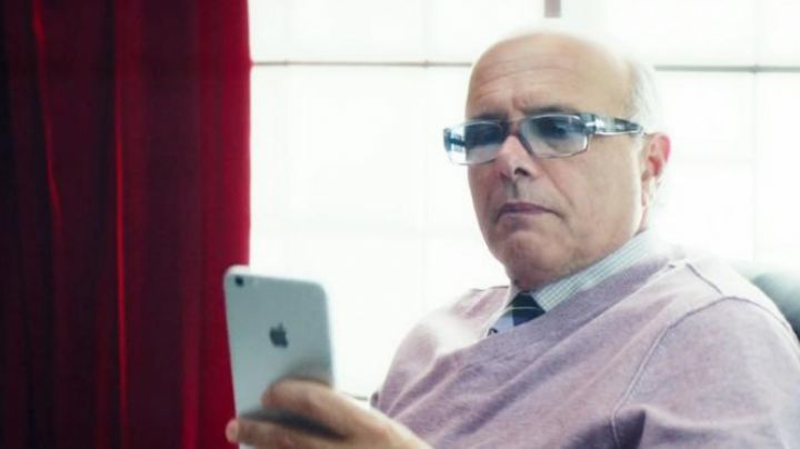 the cell phone Marty (Joe Pantoliano) in the perfect match - Movie Outfits and Products