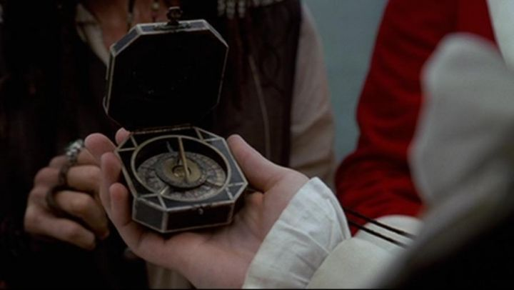 the compass of Jack Sparrow (Johnny Depp) in Pirates of the Caribbean : The curse of the Black Pearl - Movie Outfits and Products
