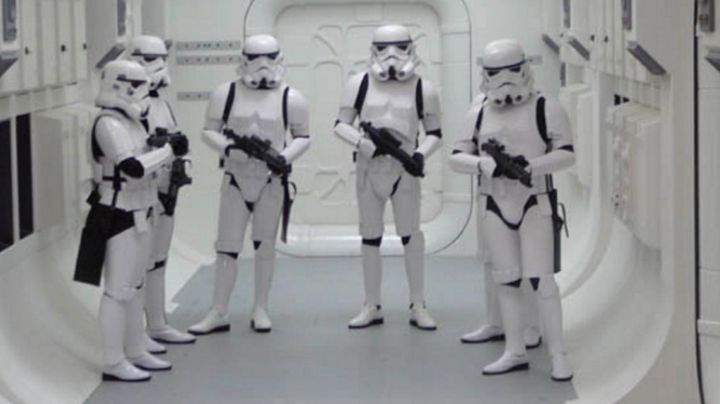 Fashion Trends 2021: the complete costume helmet, outfit and shoes of Stormtroopers in Star Wars IV : A new hope
