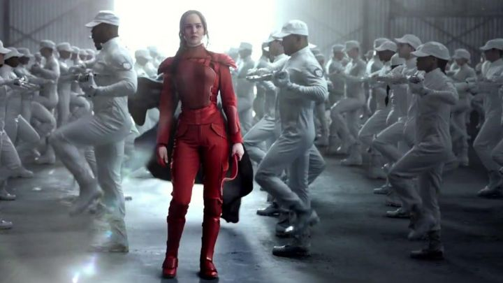 the costume of the red armor worn by Katniss Everdeen (Jennifer Lawrence) in Hunger Games : The Revolt part 2 Movie