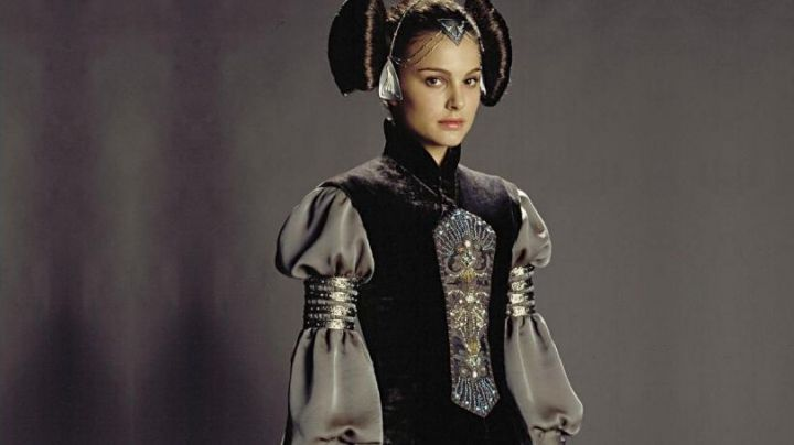 the embroidery of the tunic of Padmé Amidala (Natalie Portman) in Star Wars I : The Phantom Menace - Movie Outfits and Products
