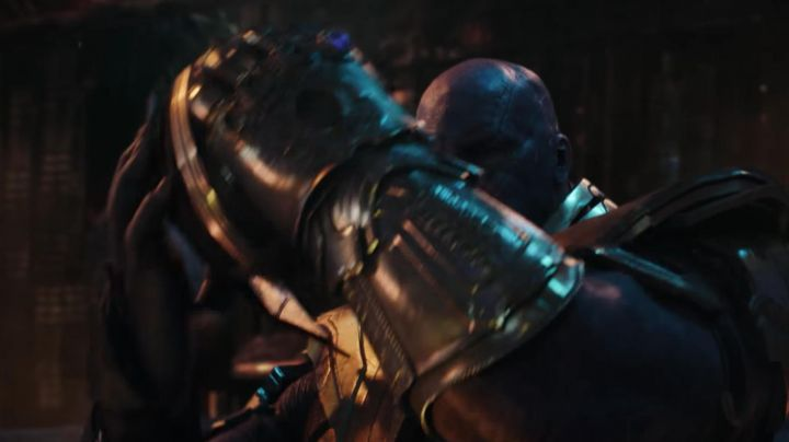 the glove of infinity of Thanos (Josh Brolin) in Avengers: Infinity War - Movie Outfits and Products