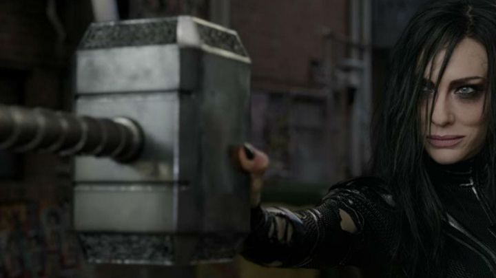 the hammer Mjolnir of Thor (Chris Hemsworth) in Thor Ragnarok - Movie Outfits and Products