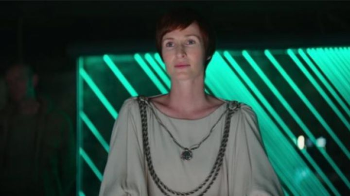 the held of Mom mothma in Star Wars : a Rogue One Story - Movie Outfits and Products