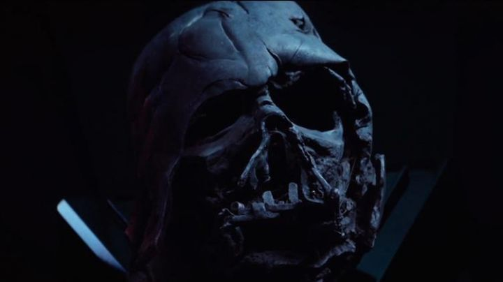 the helmet burned Darth Vader in Star Wars VII : The Awakening of the Force - Movie Outfits and Products