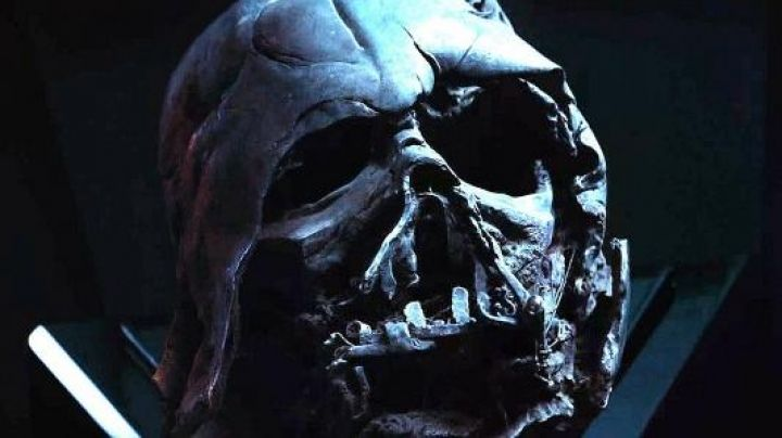 the helmet destroyed Darth Vader in Star Wars VII : The Awakening of the Force - Movie Outfits and Products