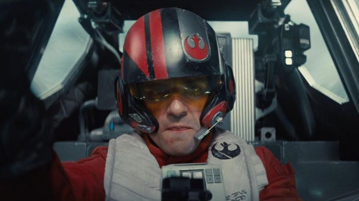 Fashion Trends 2021: the helmet of a pilot X-Wing of Poe Dameron (Oscar Isaac) in Star Wars VII