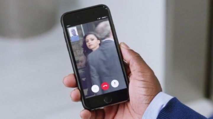 the mobile phone of Calvin Joyner (Kevin Hart) in Agents Almost Secret - Movie Outfits and Products