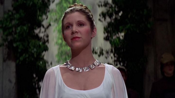 the necklace of Princess Leia (Carrie Fisher) in Star wars - Movie Outfits and Products