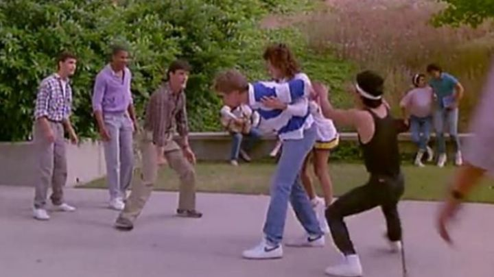Fashion Trends 2021: the nike sneakers of Richard Farley (Philip McKeon) in Welcome to the high school of Horror
