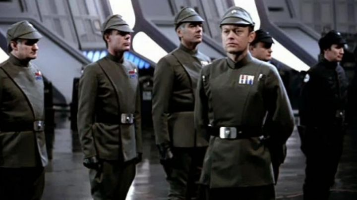 Fashion Trends 2021: the outfit khaki + belt + gloves of Imperial officer in Star Wars VI : return of the Jedi