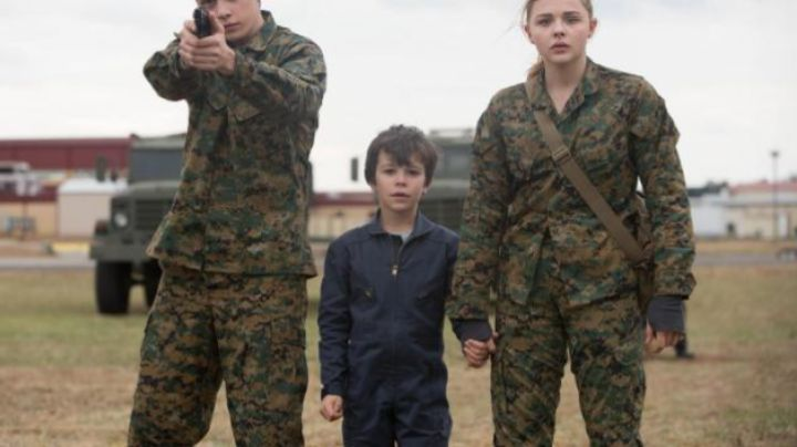 the pants camouflage Cassie Sullivan (Chloë Grace Moretz) in The 5th Wave - Movie Outfits and Products
