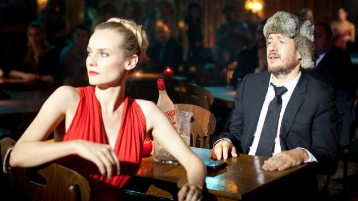 Fashion Trends 2021: the red dress from Isabelle (Diane Kruger) in A perfect plan