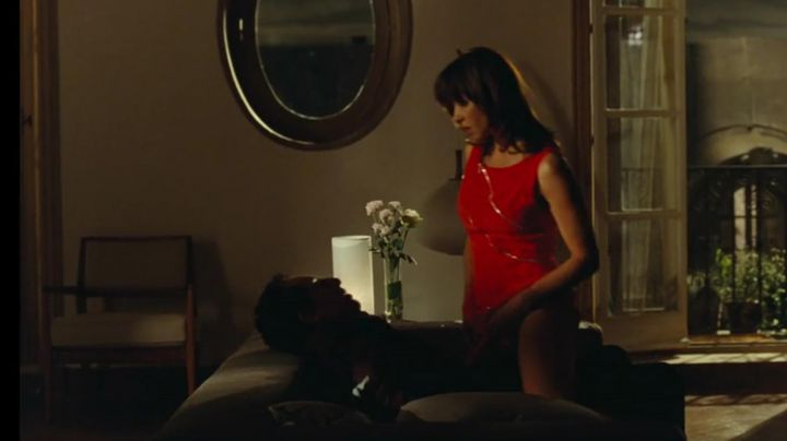 Fashion Trends 2021: the red dress with zip Charlotte Posche (Sophie Marceau)in A happiness never arrives alone