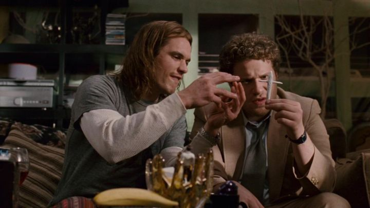 the seal in the form of a cross smoked by Dale Denton (Seth Rogen) in Délire Express (Pineapple Express) Movie