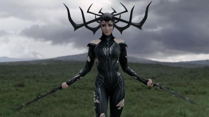 the short sword of Hela (Cate Blanchett) in Thor Ragnarok - Movie Outfits and Products