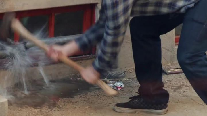 the sneakers damier of Mac Radner in our worst neighbors - Movie Outfits and Products