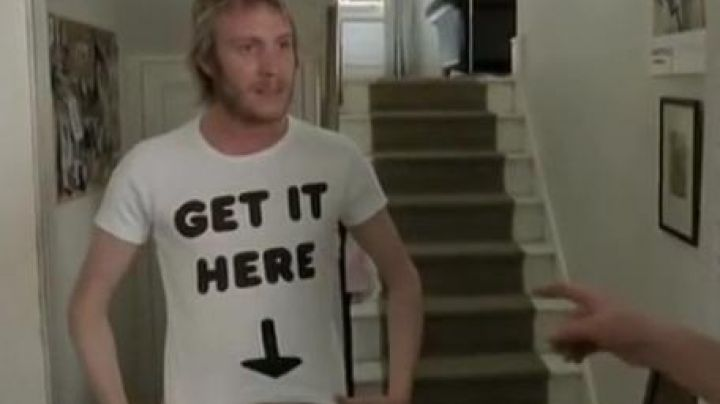 """Fashion Trends 2021: the t-shirt """"Get It Here"""", Spike (Rhys Ifans) in thunderbolt in Notting Hill"""