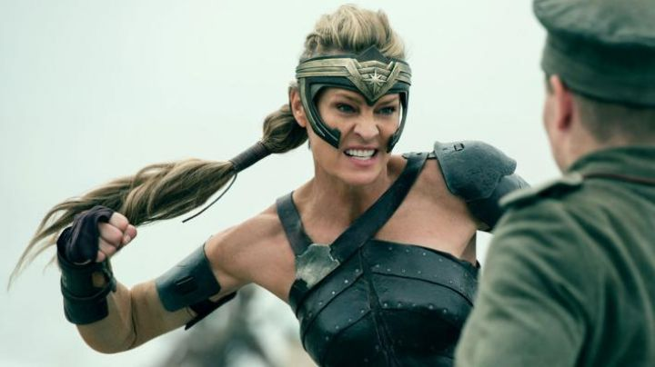 the tiara of Antiope (Robin Wright) in Wonder Woman - Movie Outfits and Products