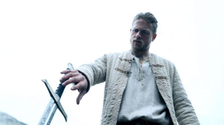 the tunic beige Charlie Hunnam in The King Arthur: The Legend of Excalibur - Movie Outfits and Products