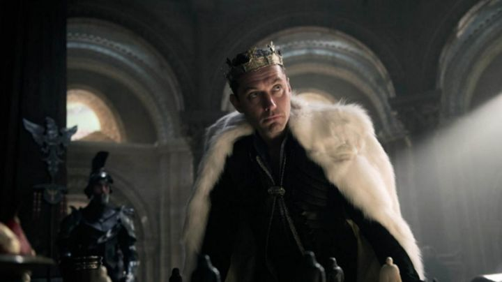 Fashion Trends 2021: white fur of Jude Law in King Arthur: The Legend of Excalibur
