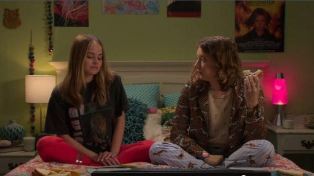 Anine bing grey oversized tiger print graphic tee outfit worn by Patty Bladell (Debby Ryan) in Insatiable Season 02 Episode 02 - TV Show Outfits and Products
