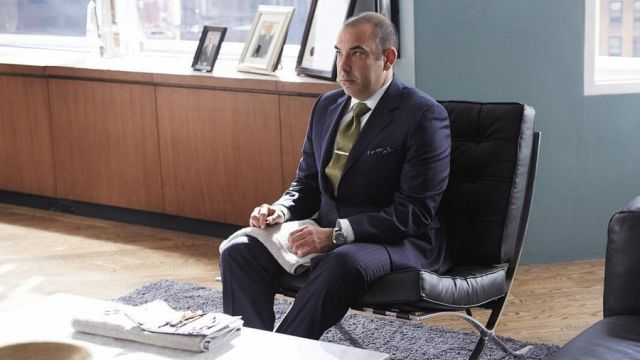 Armchair Barcelona used by Louis Litt (Rick Hoffman) seen in Suits : lawyers-to-measure Season 4E11 - TV Show Outfits and Products