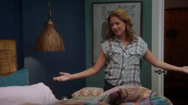 Fashion Trends 2021: Bella Dahl Flap Pocket Plaid Crop Shirt by Bella Dahl outfit seen on Lena (Jenna Fischer) in Splitting Up Together (S01E02)