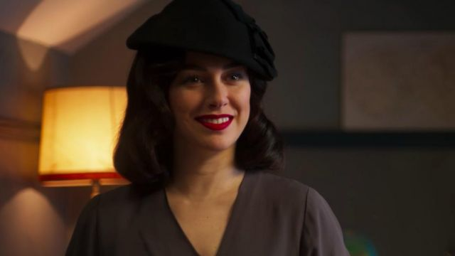 Black beret with bow outfit worn by Lidia/Alba (Blanca Suárez) in Cable Girls (S03E03)