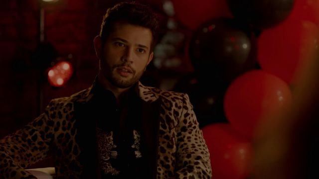 Blazer leopard Dolce & Gabbana outfit worn by Sam Jones (Rafael de la Fuente) seen in Dynasty Season 2 Episode 5 - TV Show Outfits and Products