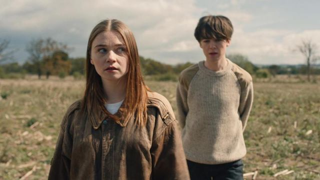 Fashion Trends 2021: Brown leather jacket from Alyssa (Jessica Barden) seen in The End Of The F***ing World Season 1 Episode 3