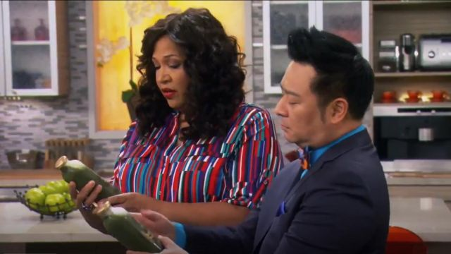 Calvin Klein Printed Crew Roll Sleeve Shirt outfit worn by Yolanda (Kym Whitley) in Young & Hungry (S01E07) - TV Show Outfits and Products