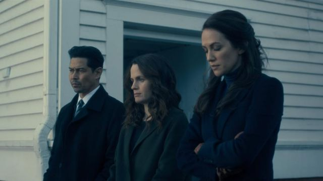 Coat of Shirley Crain (Elizabeth Reaser) seen in The Haunting of Hill House (Season 1 Episode 2) - TV Show Outfits and Products