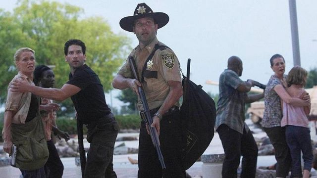 Fashion Trends 2021: Coat of arms of shériff of Rick Grimes (Andrew Lincoln) seen in The Walking Dead Season 1 Episode 5
