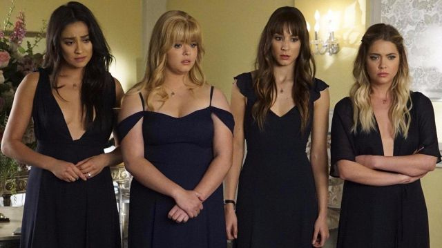 Collar of the maids of honour of the marriage of Aria in Pretty Little Liars Season 7E18 - TV Show Outfits and Products