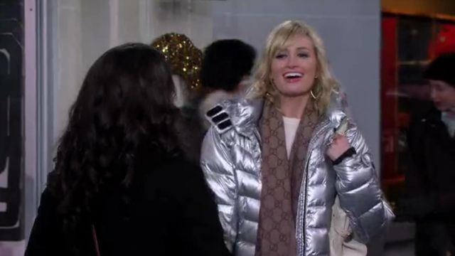 Gucci GG Pattern Scarf outfit seen on Caroline Channing (Beth Behrs) in 2 Broke Girls (S04E07)